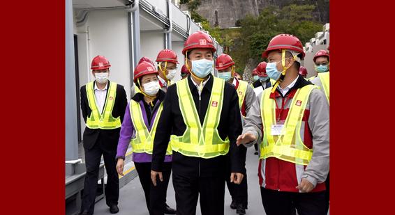 骆惠宁主任慰问鲤鱼门公园度假村紧急防疫观察中心项目建设者